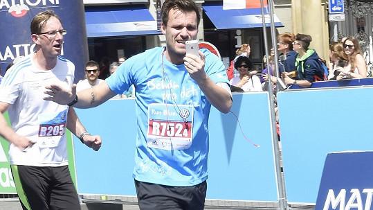 Leoš Mareš běží jako o závod. Stihne se u toho i fotit.