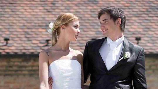 Novomanželé září štěstím.