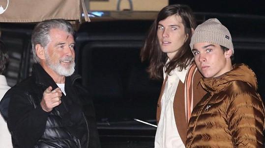 Pierce Brosnan se syny Dylanem a Paridem (vpravo)