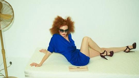 Aňa Geislerová je v prostorově výrazném účesu a maxi brýlích k nepoznání.