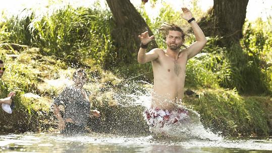 Petr Čadek se při sjíždění řeky Otavy stihl vyblbnout i ochladit.