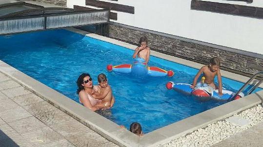 Tropickým teplotám zpěvačka odolávala ve vlastním bazénu....