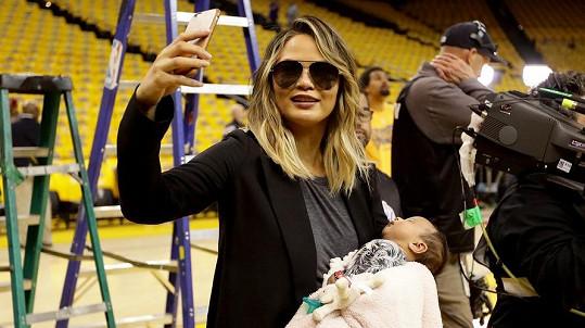 Chrissy své dcerce dopřává bohatý program...