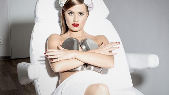 Emma si zakryla ňadra jen miskami.