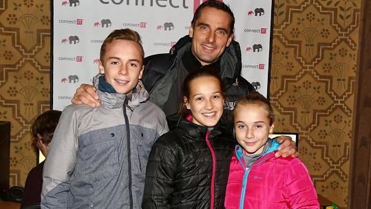 Roman Šebrle se pochlubil dětmi, synem Štěpánem (vlevo) a dcerou Kateřinou (v růžové bundě).