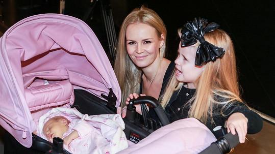 Lucie Hadašová s dcerami Vanessou (v kočárku) a Denisou