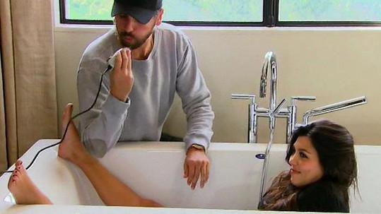 Kourtney Kardashian nemá před kamerou žádné zábrany.