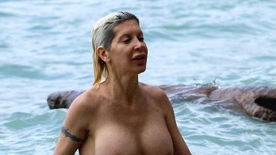 Frenchy se koupala nahá.