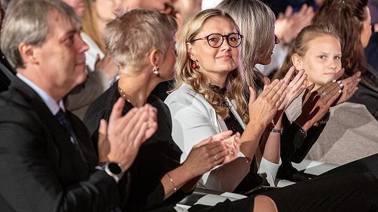 Kdo je ta dáma s brýlemi?