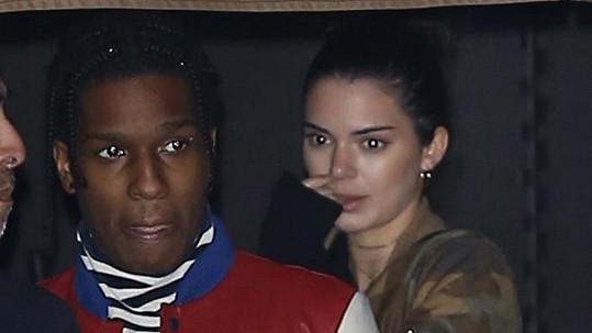A$AP Rocky a Kendall Jenner vypadali při odchodu z restaurace zaskočeni přítomností fotografů.