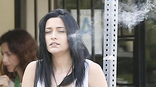 Paris Jackson si vychutnávala cigaretu.