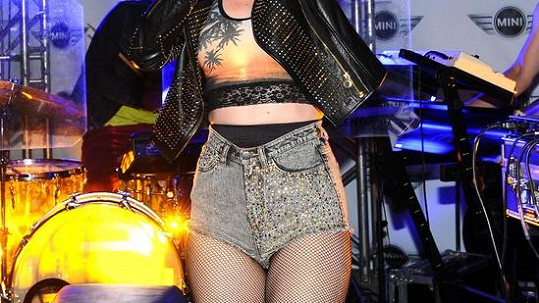 Kdo si oblékl tyhle mini šortky?