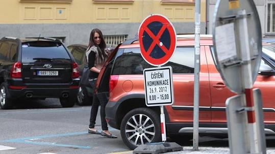 Agáta Hanychová nakládá věci do Prachařova auta.