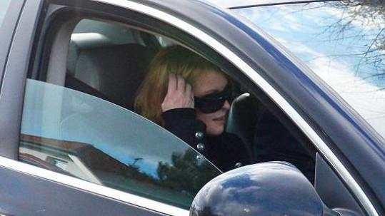 Čerstvé foto: Iveta Bartošová v pátek v autě, které už měla dávno vrátit.
