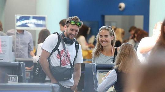 Lucie Vondráčková a Tomáš Zonyga na letišti