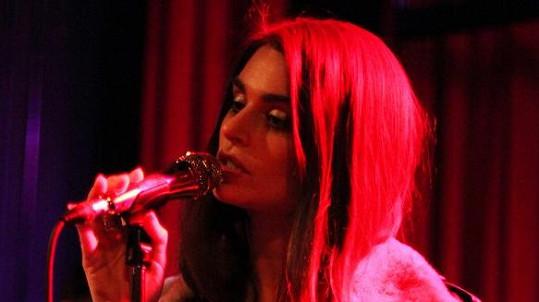 Krásná Aimee Osbourne během svého prvního koncertu v Brooklynu