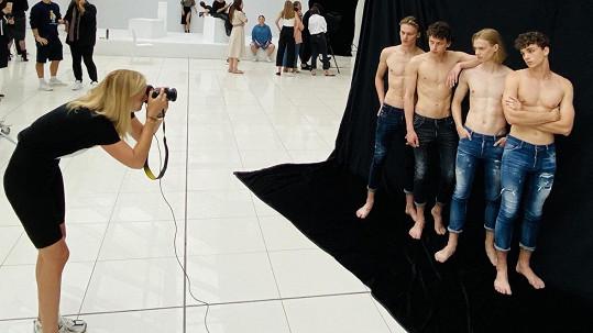 Po patnácti letech se Denisa Dvořáková přemístila na druhou stranu fotoaparátu.