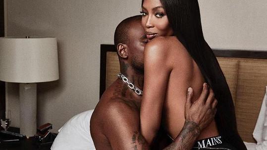 O Naomi je stále zájem.
