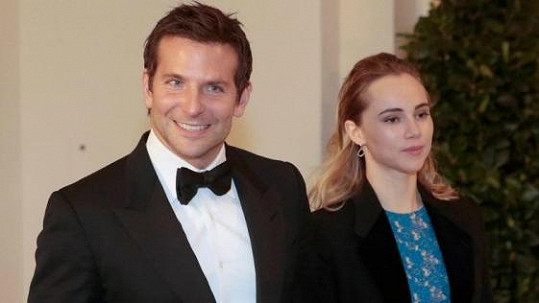 Bradley Cooper se Suki Waterhouse.