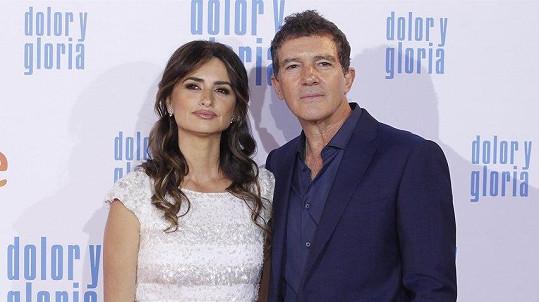 Penélope Cruz a Antonio Banderas na premiéře filmu Bolest a sláva.