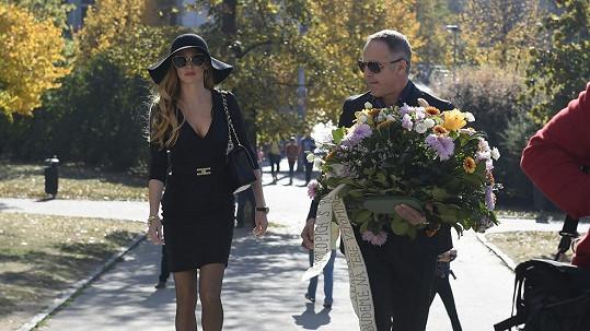 Andrea Verešová byla na pohřbu nepřehlédnutelná.