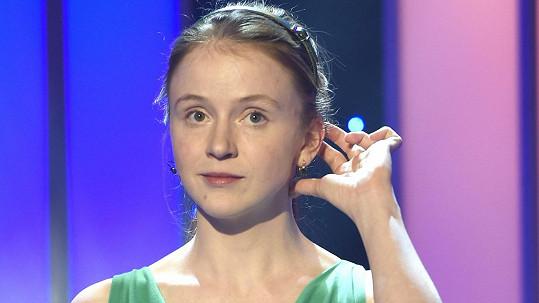 Marie Doležalová v roztomilých šatech a s čelenkou ve vlasech vypadá jako školačka.