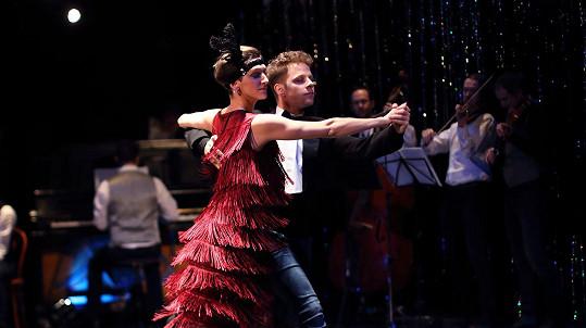 V divadelním představení Ypsylonky Onder hraje, tančí, a dokonce i zpívá...