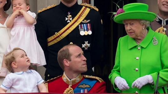 Nekompromisní královna Williamovi říká i naznačuje rukou, aby se postavil...