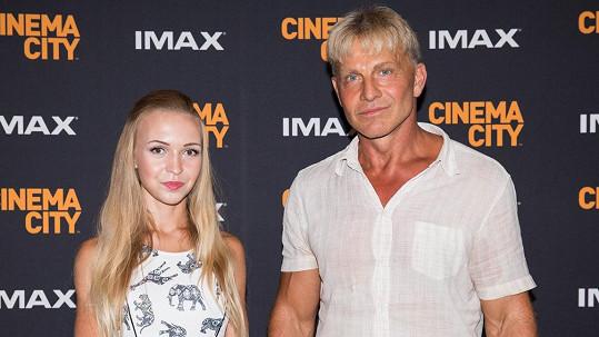 Kdo je mladá slečna vedle Martina Maxy?