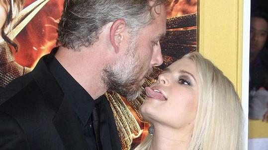 Jessica Simpson olizovala manžela.
