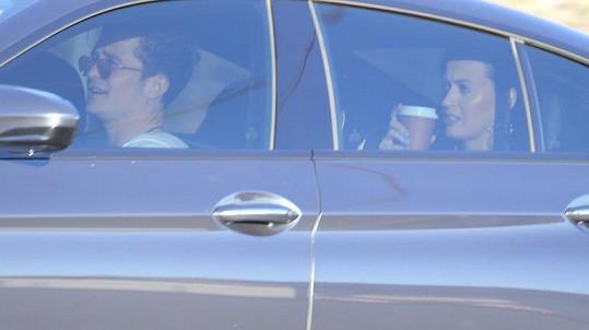 Orlando s Katy a jeho synem Flynnem odjíždějí z dětské narozeninové oslavy...