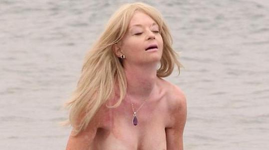 Lauren Harries ukázala prsa.