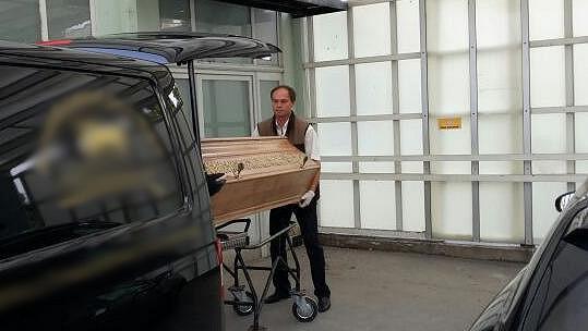 Rakev s ostatky Ivety Bartošové byla převezena z vinohradské nemocnice.