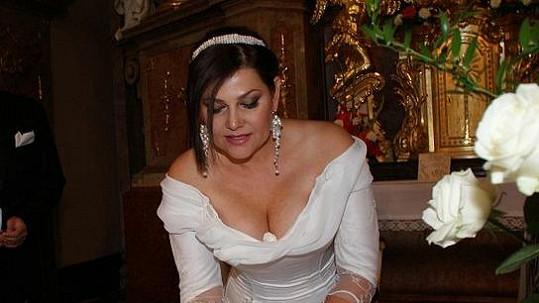 Ilona Csáková při podepisování manželského slibu ukázala dekolt.