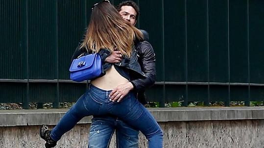 Kelly Brook se v Paříži věšela na Jeremyho Parisise.