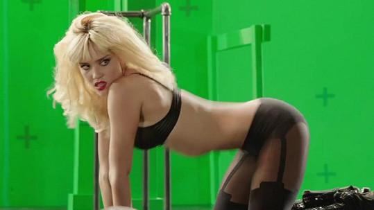 Jessica Alba na cvičení kašle, přesto má sexy postavu.