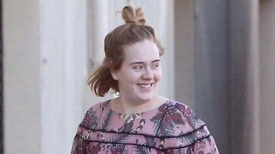 Takhle usměvavou Adele nepamatujeme...