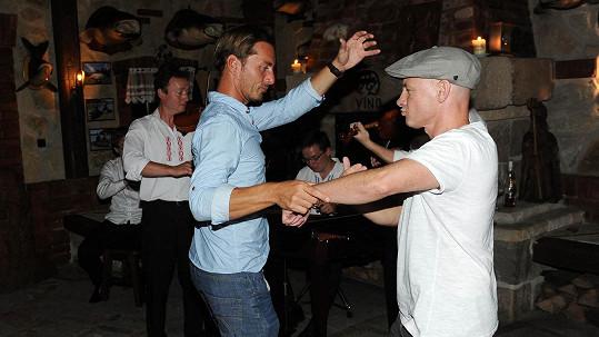 Petr Vondráček si při tanci vystačil s kamarádem.