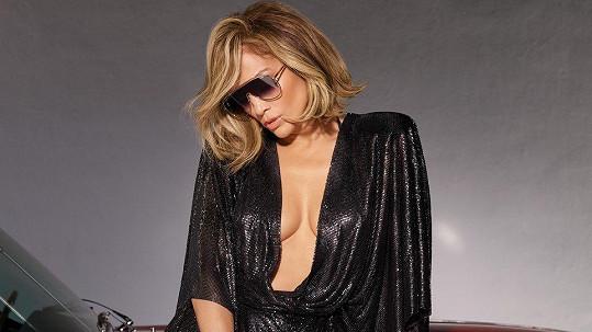 Jennifer Lopez předvádí brýle, ne podprsenku.