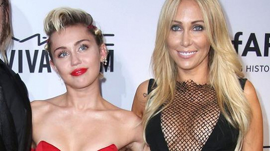 Miley Cyrus v doprovodu svých rodičů