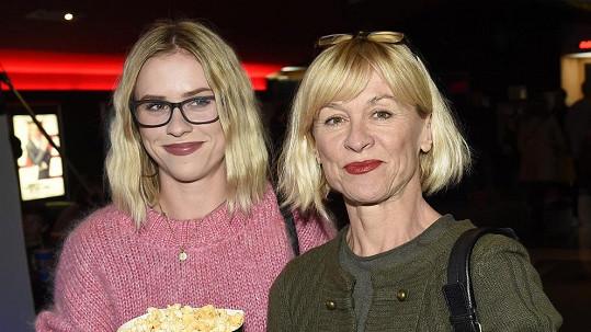 Mariana Prachařová už skoro vypadá jako mladší kopie své maminky Dany Batulkové.