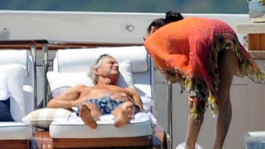 Catherine Zeta se stará, aby jejímu muži nic nechybělo.