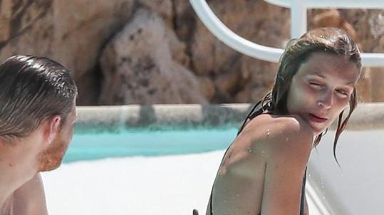 Polská supermodelka si povídá s mužem vedle ní a zradily jí plavky.
