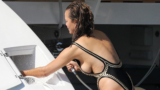 Chrissy málem ukázala prso.