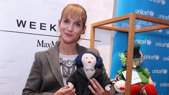 Hanka Vagnerová se zesvětlenými vlasy, její panenka s modrými