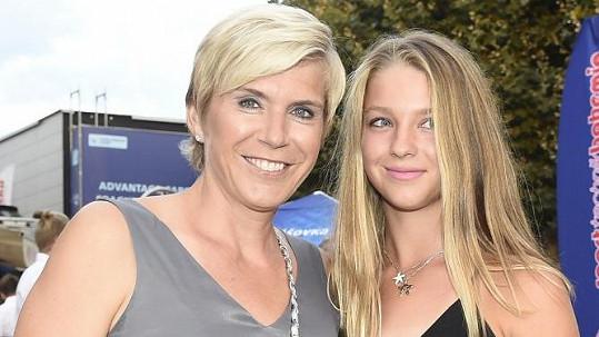 Z dcery olympijské vítězky roste půvabná mladá dáma.