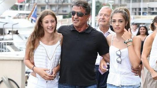 Sylvester Stallone se tiskne k dcerám Sistine a Scarlet.