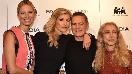 Bryan Adams dorazil do Prahy a hned byl obklopen Karolínou Kurkovou a Terezou Maxovou.