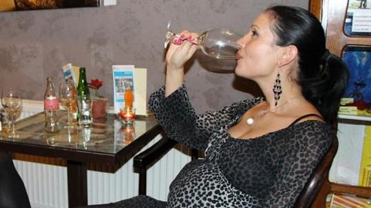 Adéla Taş se i přes požehnaný stav nevyhýbá pití alkoholu.