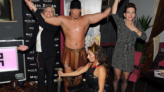 Herečky Dolinová, Jeníková a Vyskočilová se striptérem